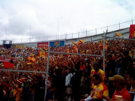 Aficionados en la tribuna local