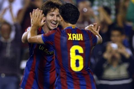 En esta imagen podemos ver a Messi y Xavi festejando los tantos goles de la pulga messi al minuto 24 y 63