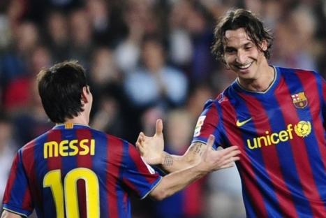 """En esta imagen podemos ver a los dos """"Cracks"""" del Barcelona festejando el triunfo al anotar dos zlatan y uno messi."""