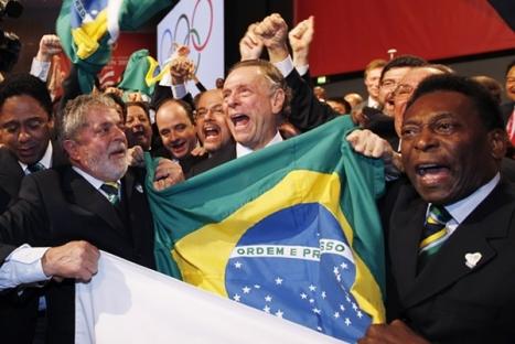 En esta imagen vemos al Presidente de Brasil, Lula da Silva y Pele a la hora de recibir la sede, todos muy felices.