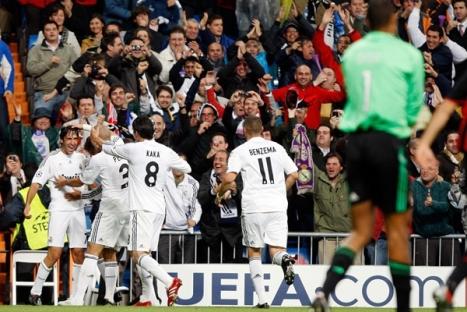 En esta imagen vemos como festejaron los jugadores merengues al anotar el 1-0 del Capitan Raul.
