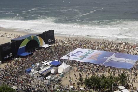 En esta imagen vemos como la gente estaba esperando el resultado para volverse en una fiesta, con una imagen gigante del Cristo Redentor en Rio de Janeiro.